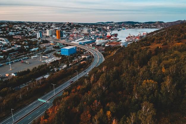 Foto aérea de veículos perto da estrada