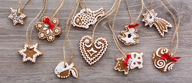 Foto aérea do bando de gingerbreads de canela de natal em um fundo de madeira
