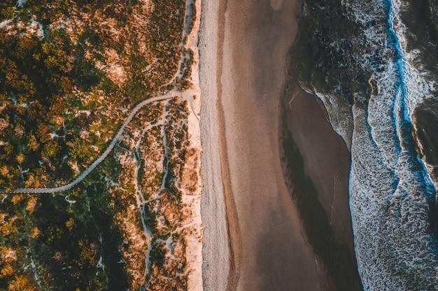 Foto aérea do belo litoral com uma praia de areia