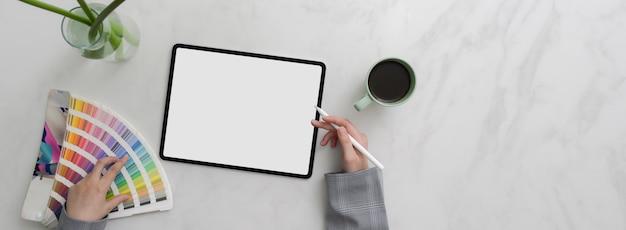 Foto aérea do designer de desenho no tablet mock-up com amostra de caneta e cor