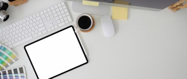 Foto aérea do espaço de trabalho com tablet, dispositivo de computador, suprimentos de designer e espaço para cópia