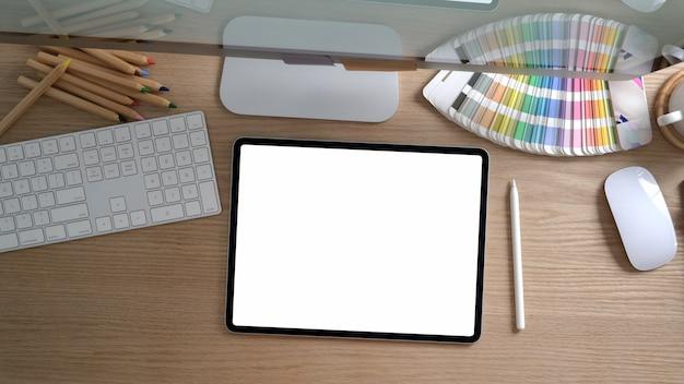 Foto aérea do espaço de trabalho de design com computador e material de escritório na mesa rústica moderna