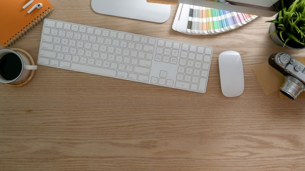 Foto aérea do espaço de trabalho de design com tablet, computador e material de escritório na mesa rústica moderna