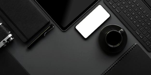 Foto aérea do espaço de trabalho moderno escuro com espaço de cópia no fundo cinza