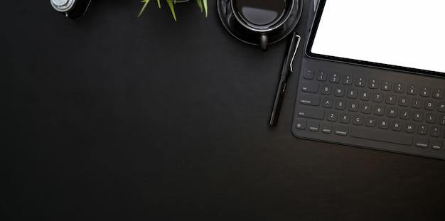 Foto aérea do local de trabalho moderno com tablet de tela em branco e café