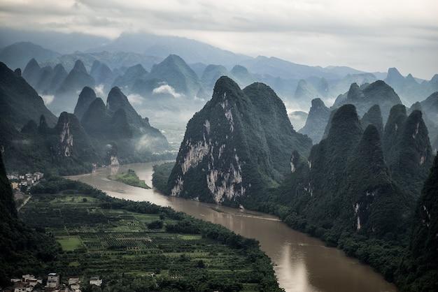 Foto aérea do rio li e da montanha mashan no condado de yangshuo, guilin