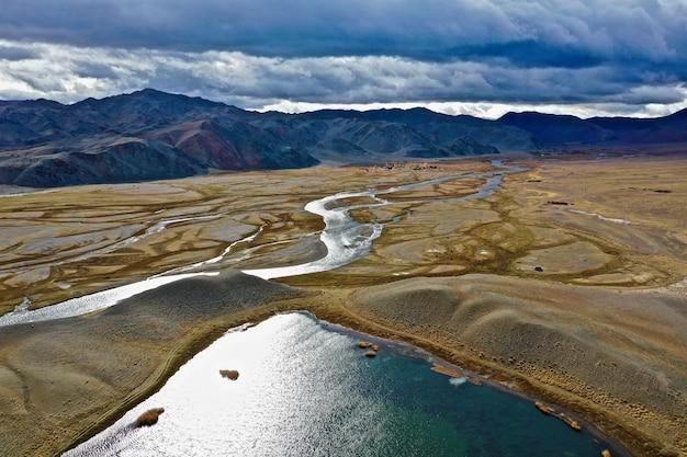 Foto aérea do rio orkhon na mongólia