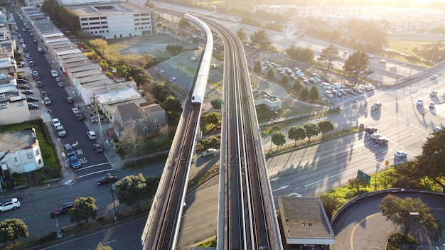 Foto aérea do trânsito rápido da área da baía de são francisco, onde o trem se aproxima da estação daly city,