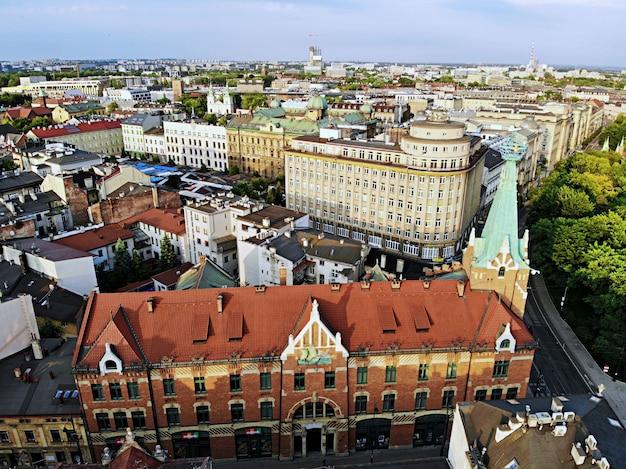 Foto aérea do zangão. a cultura e capital histórica da polônia. cracóvia confortável e bonita. a terra da lenda. belo pôr do sol, parte antiga da cidade.