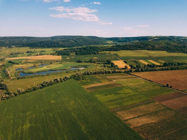 Foto aérea do zangão com bela paisagem farmlamnd ao pôr do sol na atmosfera rural