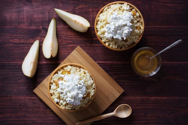 Foto aérea horizontal de mingau de milho com pêra e queijo cottage