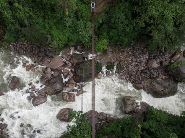 Foto aérea incrível de um rio cercado por uma bela natureza