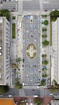 Foto aérea vertical de campos de desabrigados na fulton st, em são francisco, durante a pandemia
