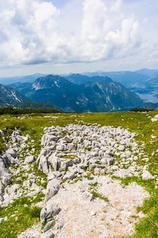Foto aérea vertical de uma encosta rochosa em montanhas majestosas