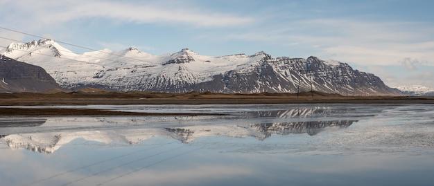 Foto ampla de uma bela paisagem islandesa