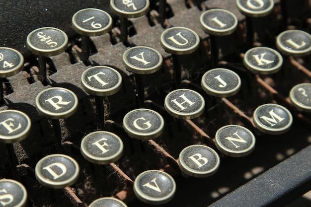 Foto aproximada das teclas de uma máquina de escrever vintage