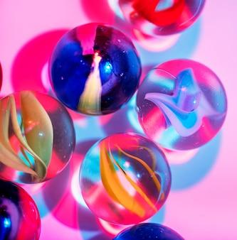 Foto aproximada de bolinhas de gude de vidro