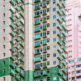 Foto aproximada de edifícios residenciais altos com vários apartamentos