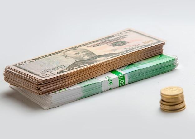 Foto aproximada de euros e moedas de um centavo na mesa branca