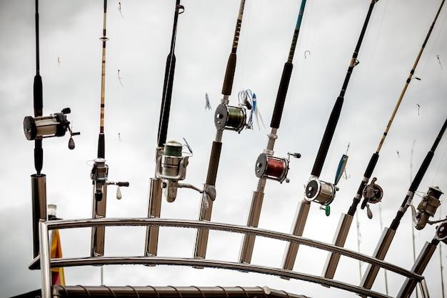 Foto aproximada de fileira de varas de pescar no navio
