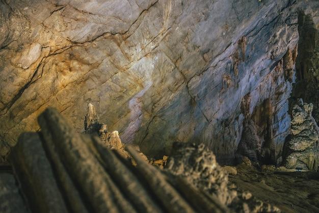 Foto aproximada de formações na parede da caverna do paraíso no vietnã