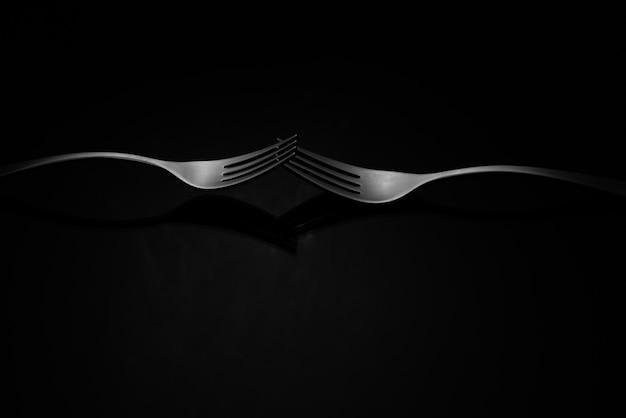 Foto aproximada de garfos de prata isolados