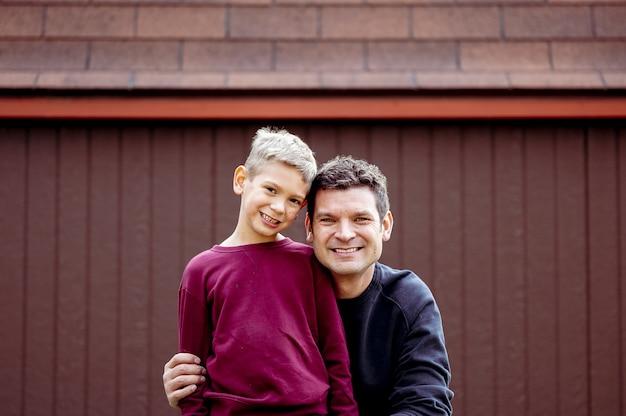Foto aproximada de pai e filho felizes