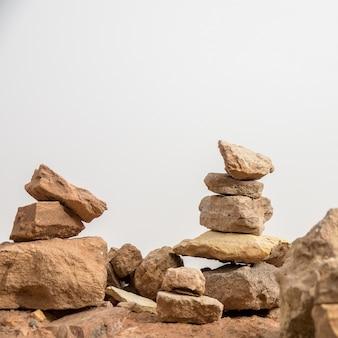 Foto aproximada de um conjunto de pedras empilhadas umas sobre as outras