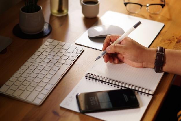 Foto aproximada de um empresário trabalhando em casa e fazendo cálculos