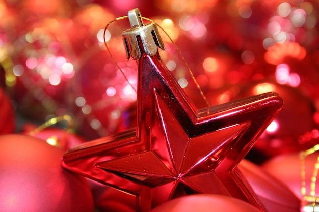 Foto aproximada de um enfeite de natal em forma de estrela com luz bokeh no
