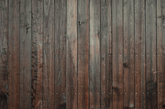 Foto aproximada de um piso de madeira com ladrilhos verticais castanho-escuros