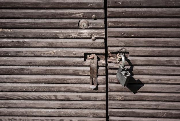 Foto aproximada de um velho portão de madeira