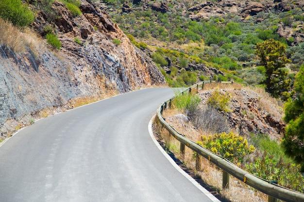 Foto aproximada de uma estrada em uma área rochosa
