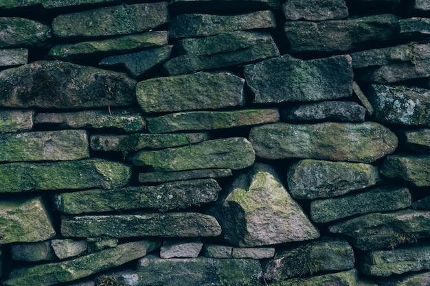 Foto aproximada de uma parede com pedras de diferentes tamanhos e formas
