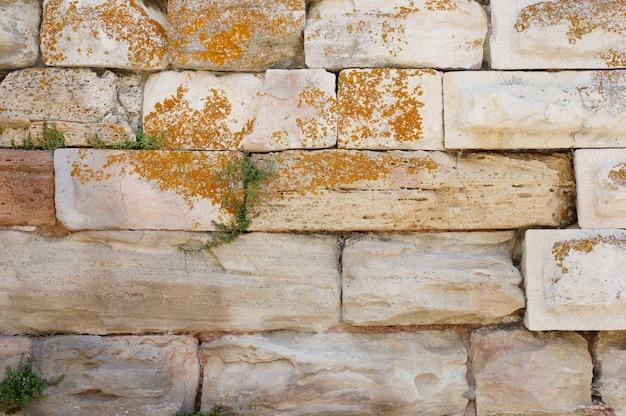 Foto aproximada de uma parede feita de pedras brancas
