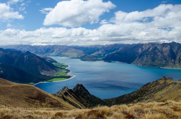 Foto aproximada do pico do istmo e de um lago na nova zelândia