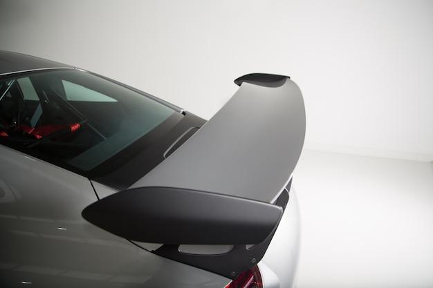 Foto aproximada dos detalhes externos de um carro cinza moderno