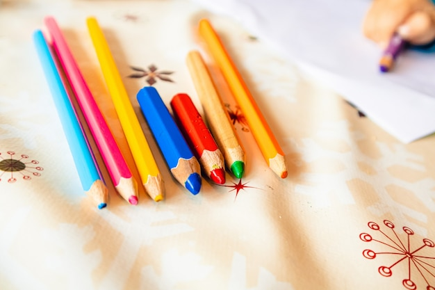 Foto aproximada dos diferentes lápis coloridos