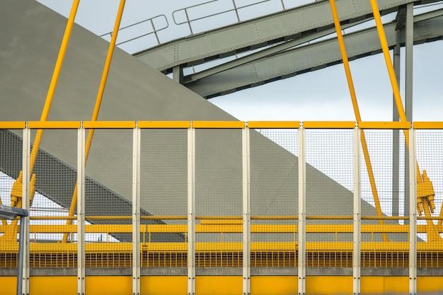 Foto aproximada dos fragmentos amarelos e cinzas de uma ponte moderna
