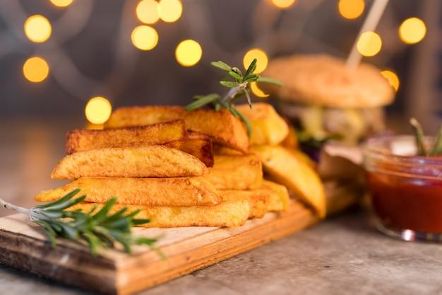 Foto artística de deliciosas batatas fritas