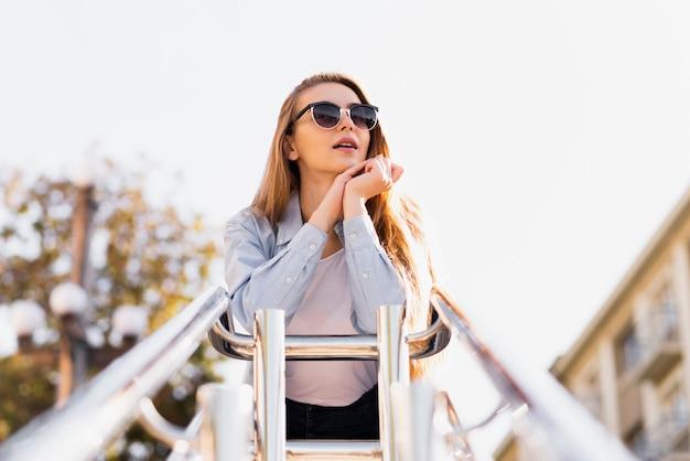 Foto artística de mulher loira com óculos de sol
