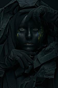 Foto artística de uma linda mulher com rosto negro