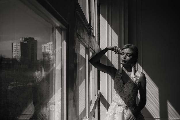 Foto artística de uma mulher bonita e gentil com loira, noiva, lindo vestido branco caro