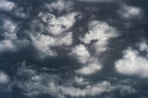 Foto artística do céu com nuvens em cores preto e branco, desenho de fundo de natureza abstrata