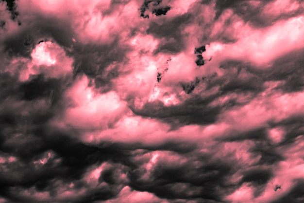 Foto artística do céu com nuvens nas cores rosa e branco, desenho de fundo de natureza abstrata