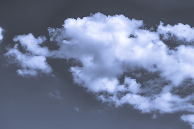 Foto artística em tons de céu com nuvens nas cores azul e branco, design de fundo de natureza abstrata