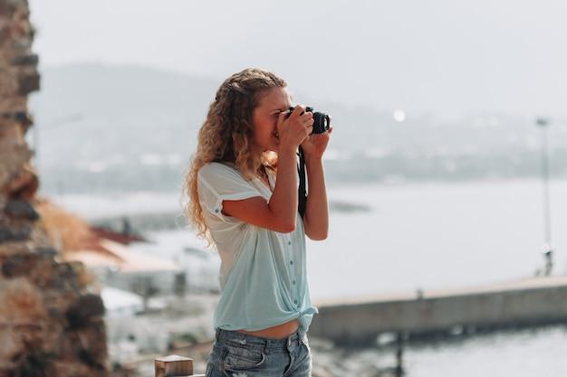 Foto bonita de garota tomada de camisa azul durante o dia.