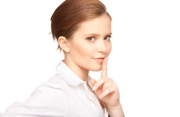 Foto brilhante de adolescente com dedo nos lábios