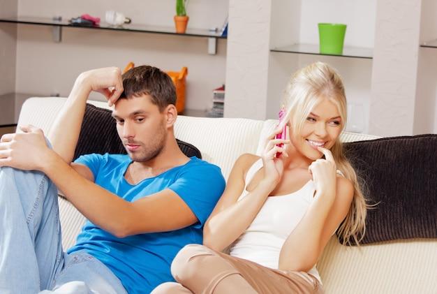 Foto brilhante de casal com celular (foco na mulher)