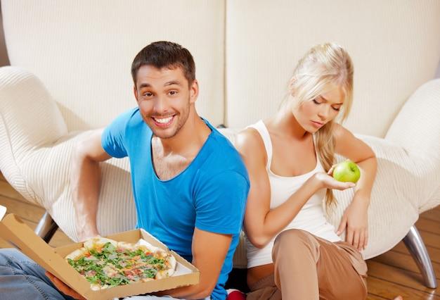 Foto brilhante de casal comendo comida diferente